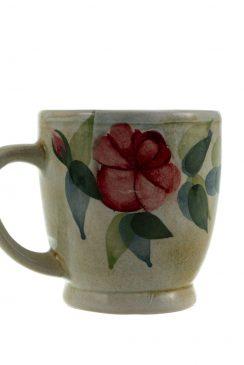 فنجان گل سرخ دسته دار بلند دست ساخته آقای محمد هدایتی است این اثر هم اکنون در مجموعه بزرگ هفتا در معرض بازدید و فروش قرار دارد.