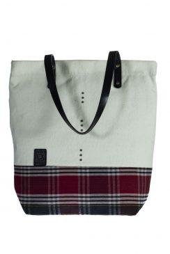 کیف خانچه این کیف دوشی پارچهای از دستساختههای آقای محمد اقبالی زارچ است. که از پارچه دستباف تهیه شده است.