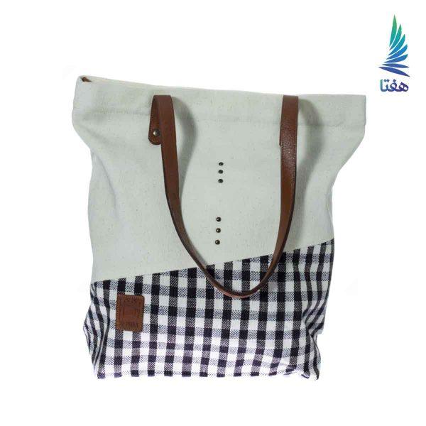 این کیف دوشی پارچهای از دستساختههای آقای محمد اقبالی زارچ است. که از پارچه دستباف تهیه شده است.