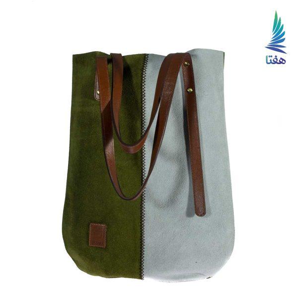جنس کیف دوشی دژال چرم اشبالت طبیعی است. چرم اشبالت یکی از انواع چرم است که به دلیل ظاهر پرزدار آن بسیار محبوب است. یک جیب کوچک نیز داخل کیف تعبیه شده است. این کیف زیبا و کاربردی با دسته چرم طبیعی میتواند همراه با استایل کژوال و سنتی استفاده شود.