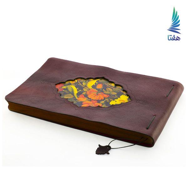 این دفترچه جلد چرمی دستساخته خانم معصومه امیرپور است که به روش صحافی سنتی تولید شده است. این ساخته هم اکنون در مجموعه بزرگ هفتا در معرض بازدید و فروش قرار گرفته است.