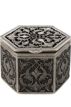 جعبه جواهرات نقره قلمزنی و مشبک اثری از مصطفی میرفخرایی است.