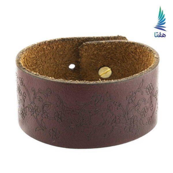 این دستبند دستساخته خانم معصومه امیر پور است که از چرم صددرصد طبیعی تهیه شده است. این ساخته هم اکنون در مجموعه بزرگ هفتا در معرض بازدید و فروش قرار گرفته است.