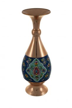 گلدان صراحی مس و پرداز از دستساختههای آقای عباسعلی ایوبی