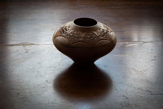 ظرف چوبی خراطی و کنده کاری شده، اثر یاسر یامی، موجود درگالری هفتا