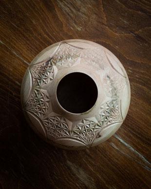 رف چوبی خراطی و کنده کاری شده، اثر یاسر یامی