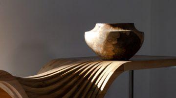 نیمکت با طراحی مدرن، اثر حسن رضوانی موجود در گالری هفتا