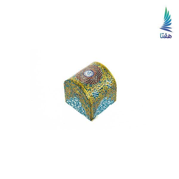 جعبه ساخته شده از استخوان طبیعی دارای دو درب صندوقچه ای و ساده . با نقوش تذهیب رنگ آبی طلایی