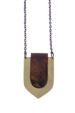 گردنبند طرح سپر برنج و چوب قهوه ای روشن رگه دار