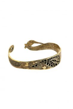 دستبند نقره پشت باز با طراحی شده با الهام از حرف قاف با نقش قلمزنی مشبک بته جقه