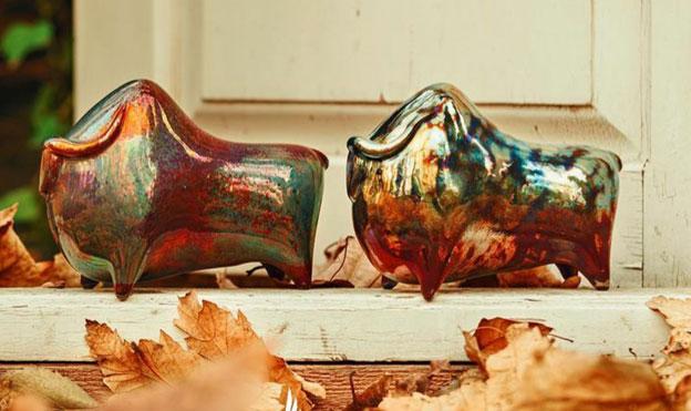مجسمه سرامیکی گاو با تکنیک لعاب لاستر احیایی، با الهام از ریتونهای سفالی تمدن مارلیک، اثر پروین حیدری نسب، گالری هفتا