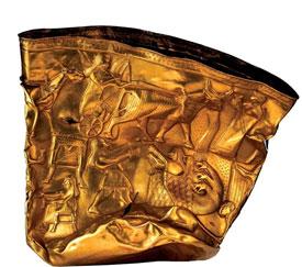جام طلای حسنلو با تصویری از گاوی که گردونه ایزدان را حمل می کند، موزه ایران باستان