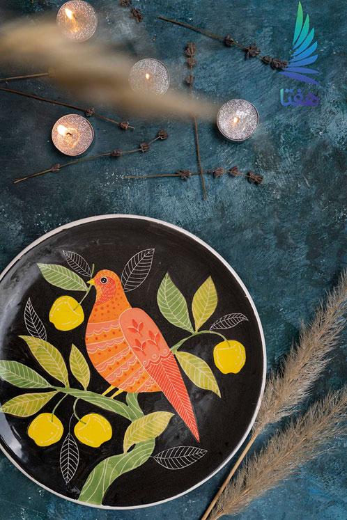 بشقاب سرامیکی با تکنیک زیر لعابی، نقشمایه گل و مرغ، اثر شهره حقیقی، گالری هفتا